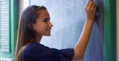 ¿A qué edad empezar las clases particulares? - Chica en clase